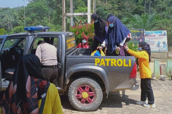 Melintasi Bukit, Polisi ini Jemput Nakes untuk Vaksinasi Suku Talang Mamak