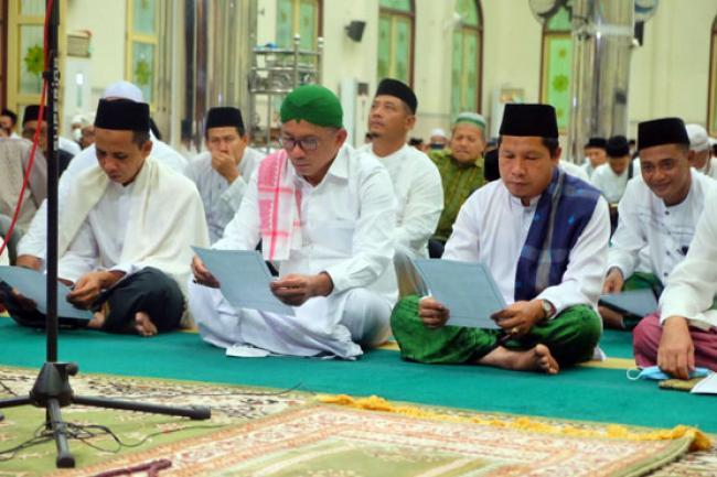 Bupati HM Adil Gelar Sholat Magrib dan Isya Berjama'ah Serta Istighosah