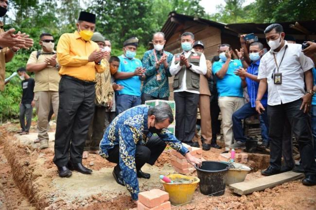 Letakan Batu Pertama Rumah Layak Huni di Desa Silam, Gubri: Siapa Lagi Menolong Kalau Bukan Kita