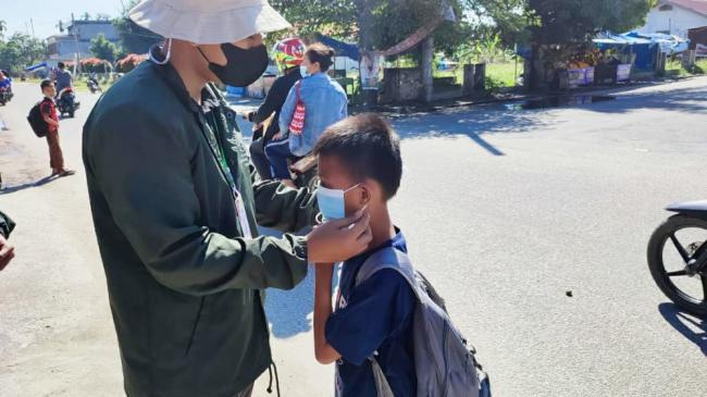 Peduli COVID-19, Mahasiswa KKN Umri Bagikan Seribu Masker dan Hand Sanitizer