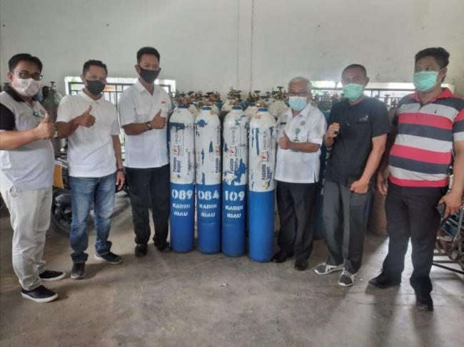 Kadin Inhil Serahkan 30 Tabung Oksigen ke Direktur RSUD Puri Husada Tembilahan