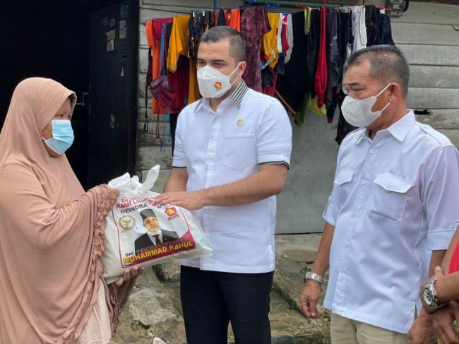 Anggota DPR RI Dapil Riau Bagikan Sembako ke Warga Kecamatan Sail