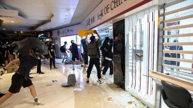 Hong Kong Kembali Rusuh, Stasiun MRT Dilempar Bom