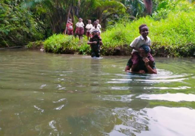 Tentara Gendong Anak Papua Seberangi Sungai Untuk Bersekolah