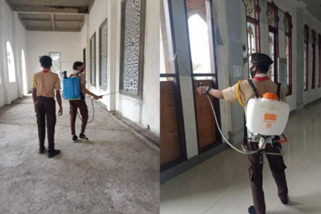 Pramuka SMAN 1 Lakukan Penyemprotan Disinfektan 7 Masjid di Kelurahan Kepenuhan