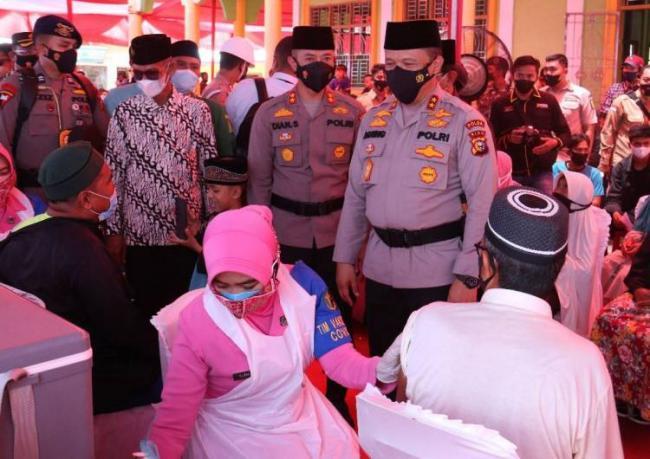 Ke Inhil, Kapolda Riau Serahkan 1.500 Dosis Vaksin, Bansos dan Bantuan Rumah Ibadah
