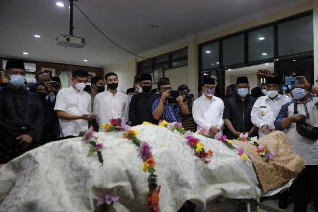 Sebelum Disholatkan, Jenazah Datuk Seri Al Azhar Disemayamkan di Balai Adat