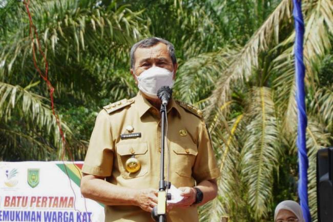 Serahkan Bantuan untuk Suku Anak Dalam Inhil, Ini Harapan Gubernur Riau