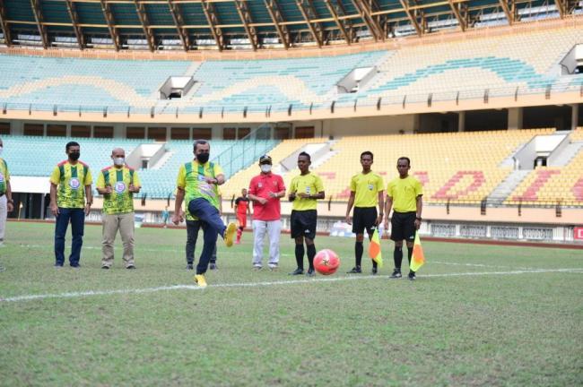 Pertandingan Sepak Bola PGRI Riau, Begini Momen Gubernur Syamsuar Lakukan Tendangan Pertama