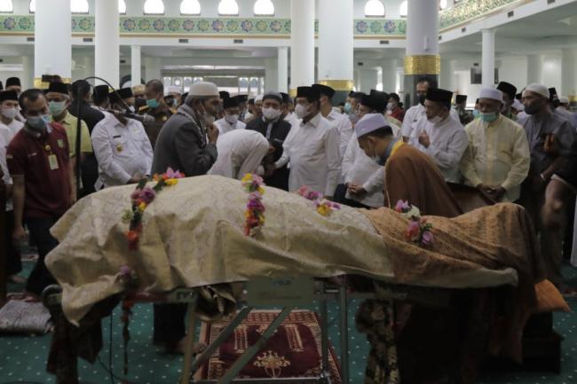 Tokoh Riau Ikut Salatkan Jenazah Datuk Seri Al Azhar di Masjid Raya Annur