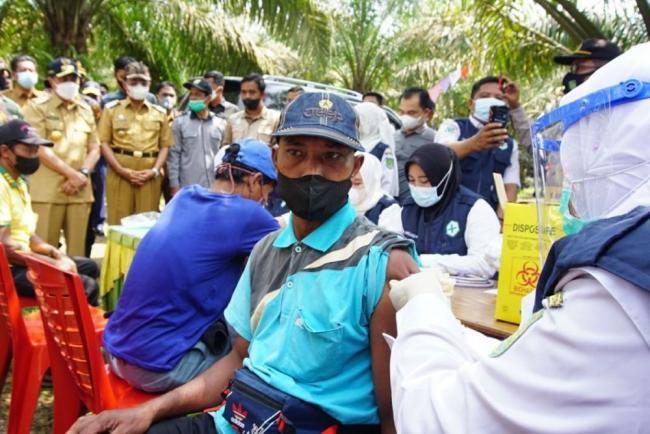 Bertemu Warga Suku Anak Dalam Inhil, Gubri Ajak Ikuti Vaksinasi COVID-19