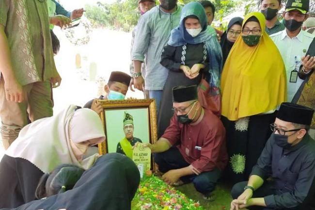 Keluarga dan Pelayat Antar Almarhum Datuk Seri Al Azhar ke TPU Air Dingin