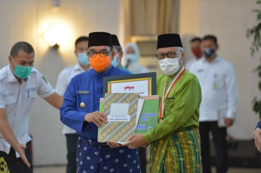Wagubri Beri Penghargaan Kepada 12 Tokoh dan Pejuang Daerah Riau Tahun 2020