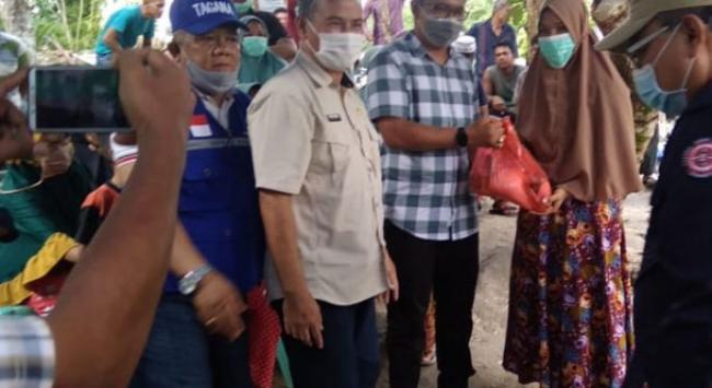 Pemkab Rohil Serahkan Bantuan Sembako Bagi Warga Korban Banjir di Kepenghuluan Sedinginan Tanah Putih