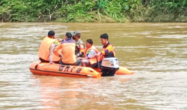 Seorang Anak Hanyut Saat Berenang, Tim Gabungan TNI-Polri dan BPBD Rohul Lakukan Pencarian